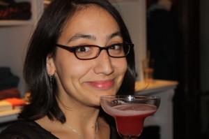 Maggie beschließt den überaus erfolgreichen Cocktail-Abend mit einem Cocktail - wie sonst.