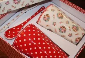 Geschenkbox (Stoneware Giftbox French Latte Millie) bestehend aus zwei Bechern und den passenden Löffeln
