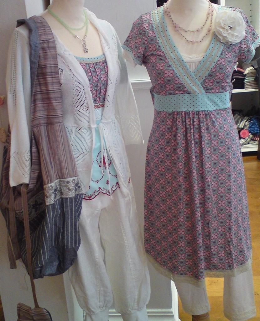 In der Container-Sommerkollektion 2011 finden sich wie immer strahlend schöne Sommer-Kleidchen, Tunikas sowie die passenden Strickjäckchen und Accessoires.