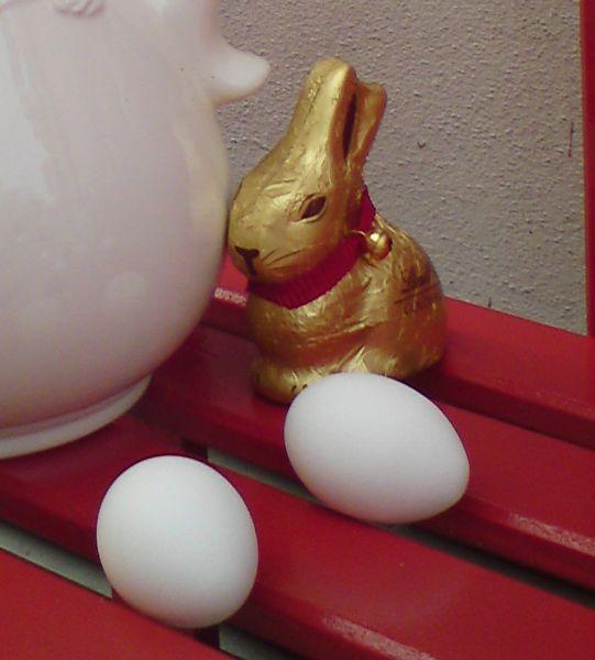 Der Osterhase mag keine weißen Eier zu Ostern verstecken. Hilf ihm, indem Du sie schmückst!