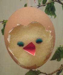Das naturfarbene Ei mit dem schlüpfenden Kücken trägt bei uns die Nummer 04.