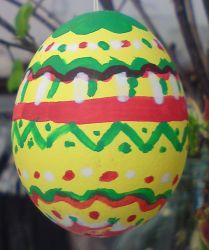 Das gelbe Osterei mit der rot-grünen Musterung trägt bei uns die Nummer 10.