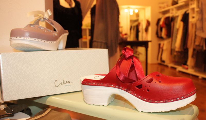Die Clogs von Calou sind individuell gestaltete und handgefertigte Schuhe aus Schweden.