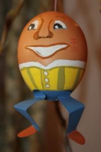 """Das dritte Osterei zeigt Humpty Dumpty - das menschenähnliche Ei. Im englischsprachigen Raum ist er sehr bekannt, da er in Kinderreimen vorkommt. Bsp.: """"Humpty Dumpty saß auf dem Eck, Humpty Dumpty fiel in den Dreck und auch der König mit seinem Heer, rettete Humpty Dumpty nicht mehr."""""""