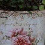 Romantische Blumenmuster auf alt aussehenden Blumenvasen - diesen Stil gibt es nur bei Chic Antique.