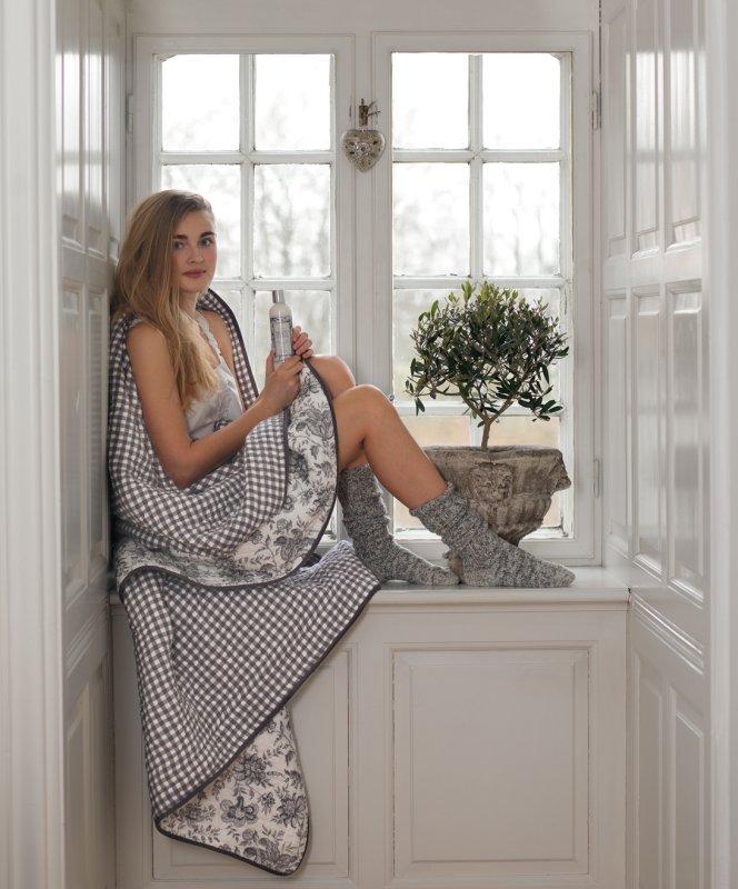 """Zarte Romantik in warmen Grautönen - das zeichnet die Greengate-Kollektion """"Edith"""" aus dem Herbst-Winter 2012 aus. Hier zu sehen ist ein Quilt, der auf beiden Seiten je ein Muster hat."""