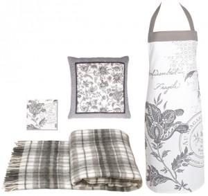"""Eine Auswahl von Produkten aus dem Greengate-Design """"Edith"""": Wolldecke, Serviette, Kissen und Schürze."""