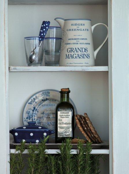 Auf diesem Bild sind Gläser, ein großer Krug, kleiner Küchenbehälter (bspw. für Butter) und ein Teller zu sehen.