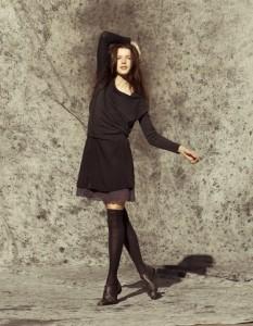 Hier eine klassische Kombination aus der Herbst-Winter-Kollektion 2012 von By Ti-Mo: Pullover aus dünner Merino-Wolle, ein perfekter kleines schwarzer Seiden-Rock, ein Unterrock im 40er Look und Strümpfe aus Kaschmir-Wolle.