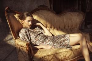 Verführerisches Seiden-Kleid mit lieblichem Blumenmuster. Auch das gibt es in der neuen Kollektion von By Ti-Mo.