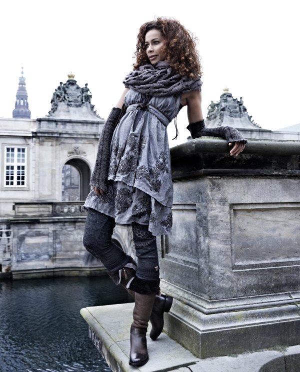 Doppellagiges Herbst-Kleid 3337-23 mit Leder-Riemchen, Armwärmer 3376-81, großes Tuch 3373-84 und Stiefel 3399-96 mit weichem braunem Fell.