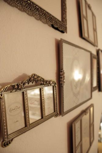 viele kleine bilder in verschiedenen gr en einen besonderen rahmen. Black Bedroom Furniture Sets. Home Design Ideas