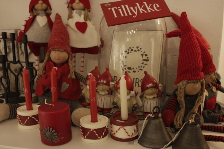 """Die lustig aussehenden Nissen sind dänische Weihnachtsfiguren, die Glück ins Haus bringen sollen. Sie gehören genauso wie schöne Kerzen mit Kerzenhaltern sowie die typisch dänischen """"Tillykke"""" Schilder in eine weihnachtlich geschmückte Wohnung."""