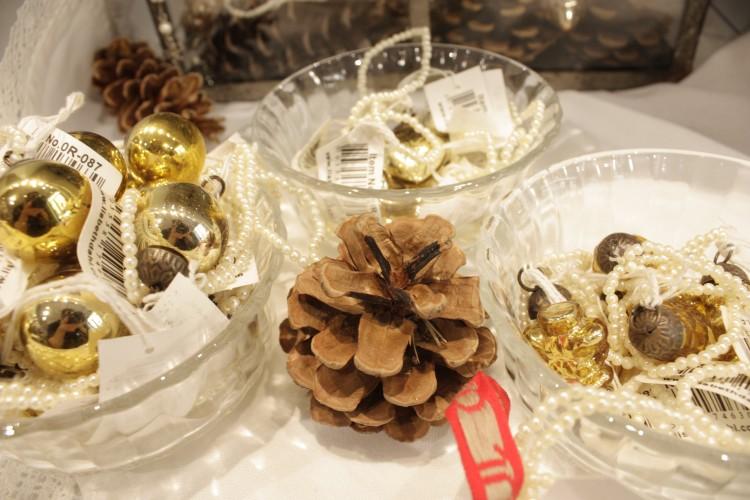 Von Lisbeth Dahl gibt es neben den großen Weihnachtskugeln auch kleine runde und zapfenförmige Weihnachtsbaumanhänger.
