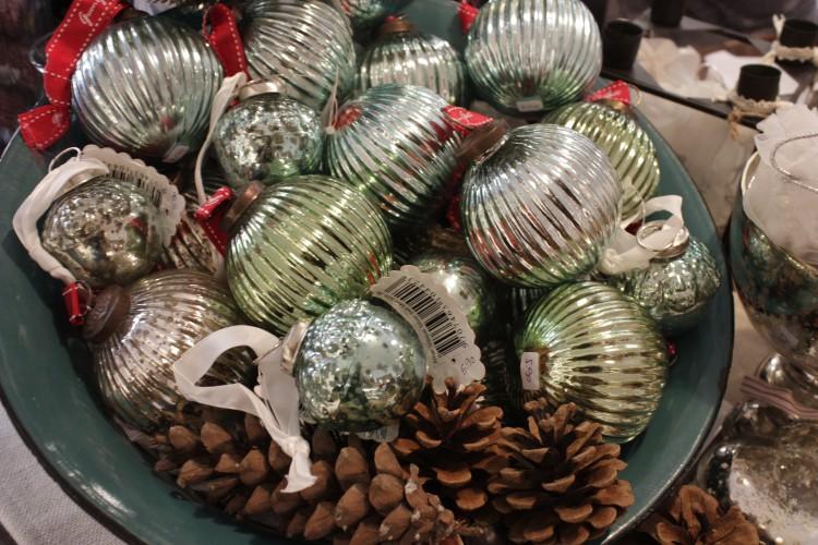 Verschiedenfarbige glänzende Weihnachtskugeln von Greengate gibt es in Grün, Blau und Silbern.