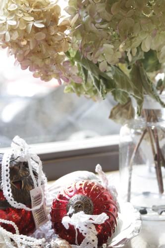 Hier als Dekoration im Schaufenster: Rote Weihnachtskugel mit Muster und zwei verschiedenen Aufhängern.