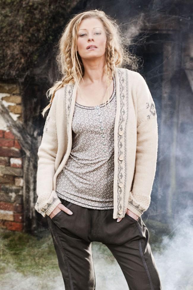 Zu sehen sind: Myanne blouse (1-2136), Manuella cardigan (1-2037), Magny trousers (6-1996)