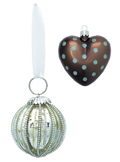 Links: Silbern gerippte Christbaumkugel 6cm von Greengate (XANbalrib615cm06); Rechts oben: Herzförmiger Christbaumschmuck von Greengate, braun mit grünen Punkten 6 cm (XBAhea514pcs.06-print)