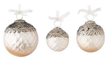 Von links nach rechts: 1. Lisbeth-Dahl Weihnachtskugel Ornament matt pulverbeschichtet 10 cm (XM00241); 2. Lisbeth-Dahl Weihnachtskugel Ornament matt pulverbeschichtet 6 cm (XM00243); 3. Lisbeth-Dahl Weihnachtskugel Ornament matt pulverbeschichtet 8 cm (XM00242)