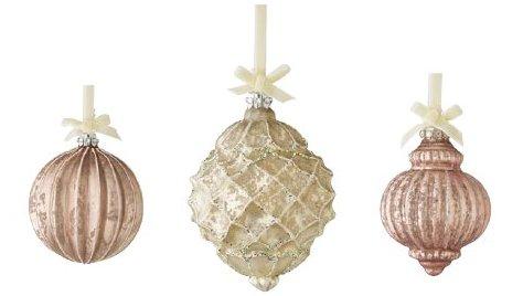 Von links nach rechts: 1. Lisbeth-Dahl Weihnachtskugel Ornament pulverbeschichtet 8cm (XM00256); 2. Lisbeth-Dahl Weihnachtskugel Ornament Antik cream gold mit Glitter 14,5 cm (XM00251); 3. Lisbeth-Dahl Weihnachtskugel Ornament pulverbeschichtet 8 cm (XM00258)