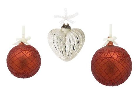 Von links nach rechts: 1. Lisbeth-Dahl Weihnachtskugel Ornament rot mit Glitter gemustert 8 cm (XM00010); 2. Lisbeth-Dahl Weihnachtsschmuck Ornament Herz Antik-Silber genutet 10 cm (XM00226); 3. Lisbeth-Dahl Weihnachtskugel Ornament rot mit Glitter gemustert 10 cm (XM00009)