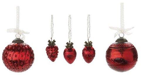 Von links nach rechts: 1. Lisbeth-Dahl Weihnachtskugel Ornament rot mit Punkten 8 cm (XM00353); 2. Lisbeth-Dahl Weihnachtsschmuck Ornament mit Perlenkette rot 3er-Set 4 cm (XM00349); 3. Lisbeth-Dahl Weihnachtskugel Ornament rot mit Muster 8 cm (XM00351)