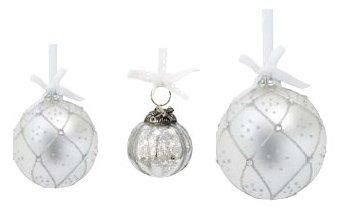 Von links nach rechts: 1. Lisbeth-Dahl Weihnachtskugel Ornament weiß Harlequin-Muster mit Kristallen 6 cm (XM00012); 2. Lisbeth-Dahl Weihnachtskugel Ornament silber gemustert 6 cm (XM00303); 3. Lisbeth-Dahl Weihnachtskugel Ornament weiß Harlequin-Muster mit Kristallen 8 cm (XM00011)
