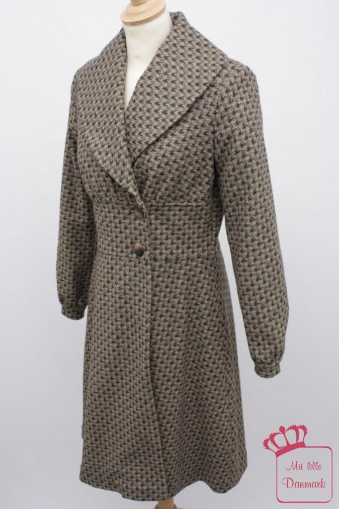 """Von der dänischen Firma Container gibt es diesen taillierten und gemusterten Mantel """"Mercedes Coat"""" (8-2087) aus der Herbstkollektion 2012 in der Farbe petrol. Der Originalpreis: 297€."""