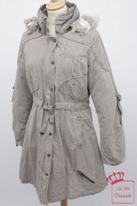 Diesen warmen Wintermantel (3313-36) aus der Herbst-Kollektion 2012 gibt es in der Farbe Grau (165). Originalrpeis: 295€.