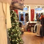 Schöne Winterkleider und strahlender Weihnachtsbaum
