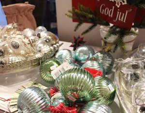 Große Auswahl an Baumschmuck: Silber, grün-schimmernd, bläulich, gläsern oder doch lieber rot?