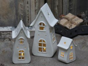 Beleuchtete Keramikhäuser in verschiedenen Größen