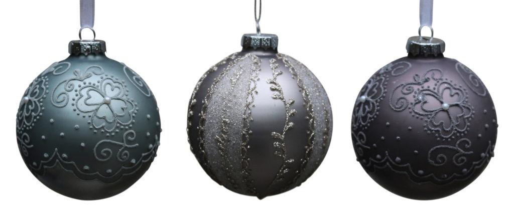 Verschiedene Weihnachtskugel mit hübscher Dekoration