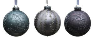 Verschiedene Weihnachtskugeln mit hübscher Dekoration