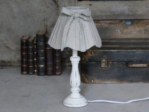 Tischlampe mit Schirm aus Leinen