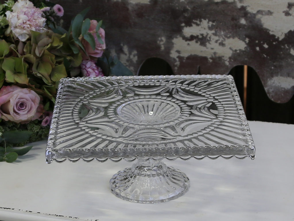 Viereckige Tortenplatte mit Tropfenkante